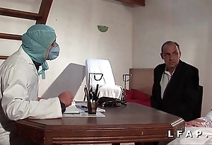 La vieille mariee se fait defoncee le cul chez le gyneco en trinity avec le mari
